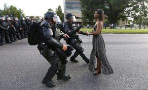 عایشه ایوانز، فعال اجتماعی در تظاهرات علیه ترامپیسم و نژادستیزی